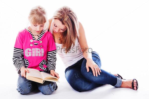 Молодая и красивая мама с очаровательной дочкой
