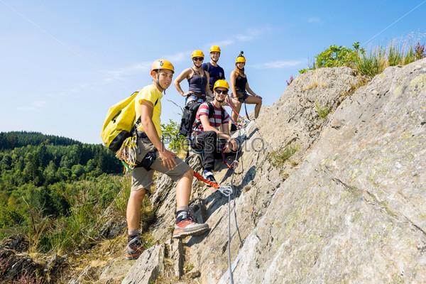 Группа альпинистов на скале