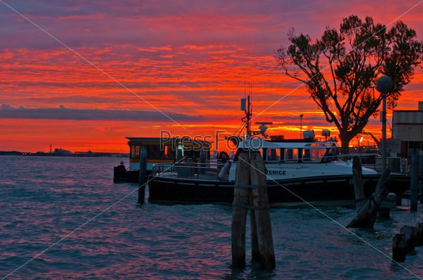 Венеция. Италия. Закат с круизной лодки