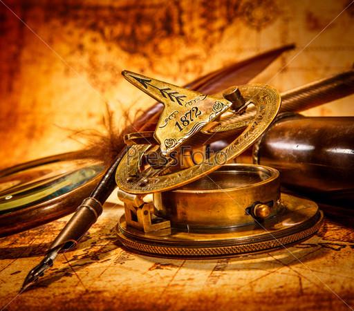 Фотография на тему Старинные предметы на древней карте