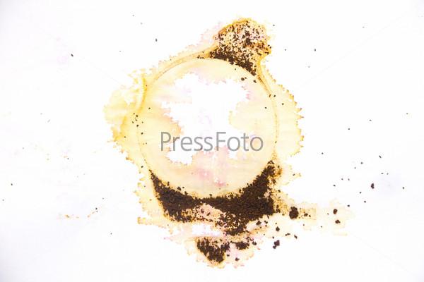 Отпечаток разлитого кофе на бумаге