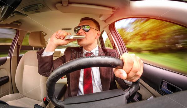 Пьяный водитель ведет автомобиль