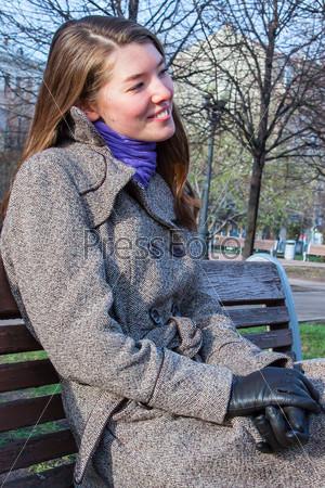 Фотография на тему Красивая и молодая женщина отдыхает в парке осенью