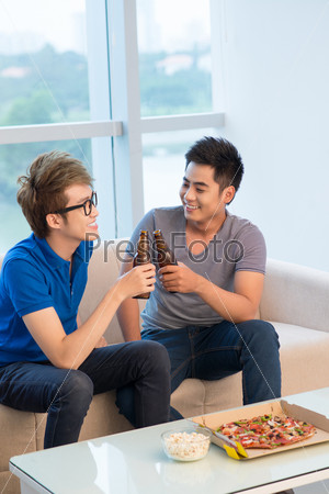 Друзья произносят тостей звон