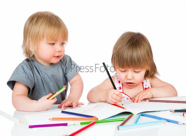 Дети рисуют карандашами