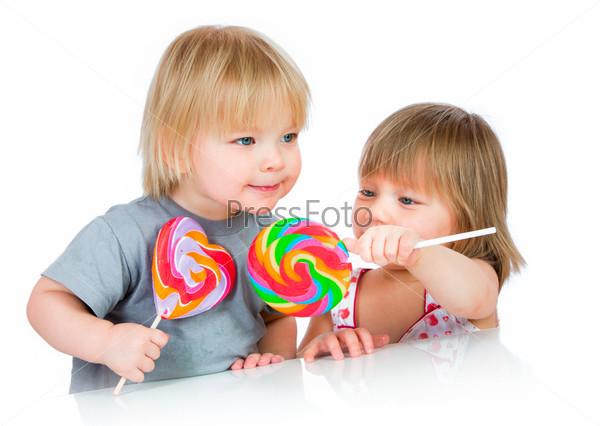 Фотография на тему Дети едят леденцы
