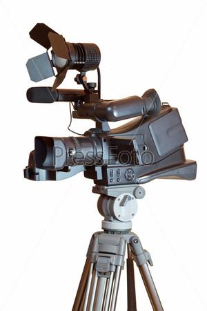 Профессиональная видеокамера на штативе