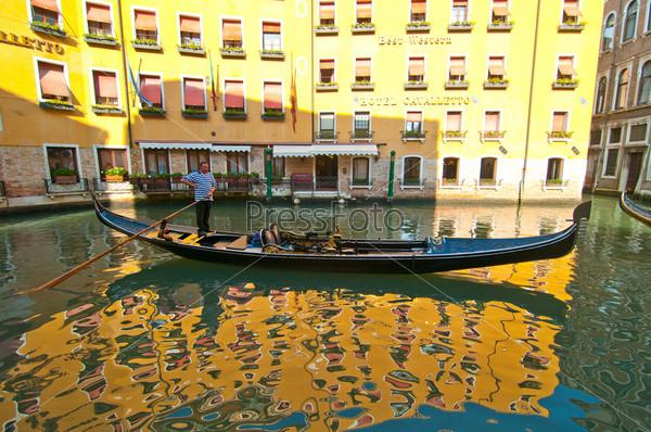 Фотография на тему Венеция. Италия. Гондолы на канале