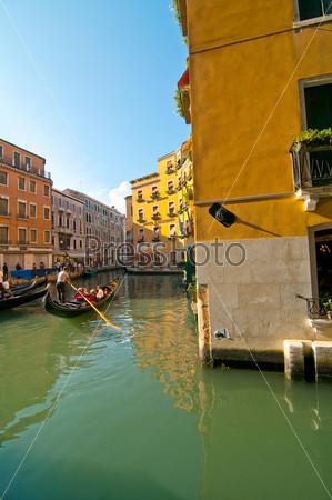 Венеция. Италия. Гондолы на канале