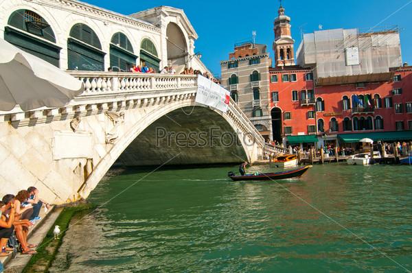 Видом на мост Риальто, Венеция, Италия