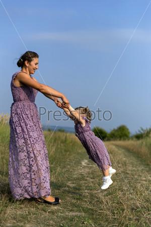 Мать с ребенком на природе