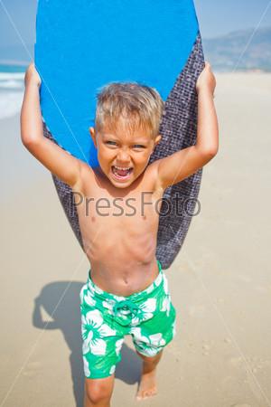 Фотография на тему Мальчик развлекается с доской для серфинга