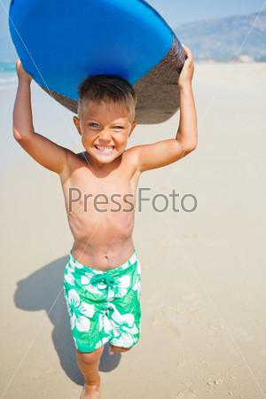 Мальчик развлекается с доской для серфинга
