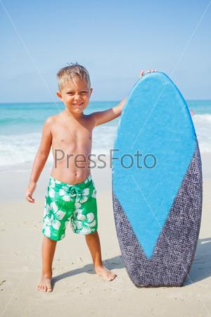 Фотография на тему Веселый мальчик с доской для серфинга