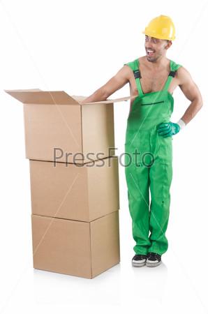 Человек в зеленом комбинезоне с коробками