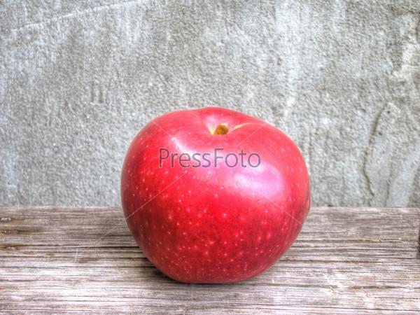 Фотография на тему Красное яблоко на потертом фоне