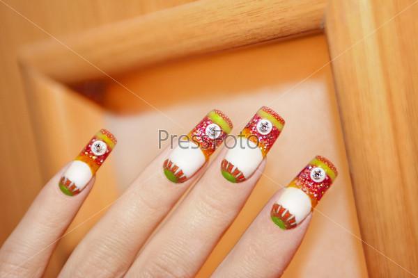 Фотография на тему Дизайн ногтей полностью выполнен с помощью цветного акрила на оранжевом деревянном фоне