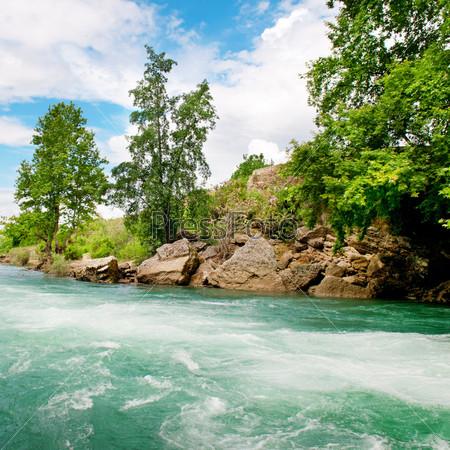 Река и голубое небо