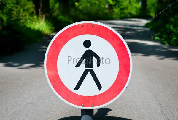 """Фотография на тему Дорожный знак """"Пешеходный переход запрещен"""""""