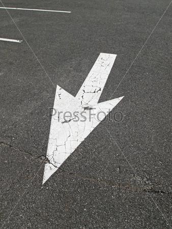 Стрелка на тротуаре