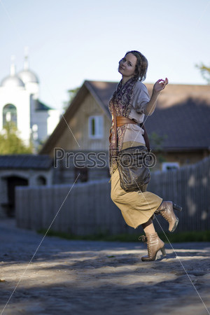 Фотография на тему Девушка танцует, кружится на улице
