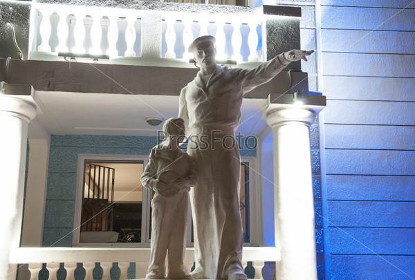 Скульптура Моряк и юнга у дворца культуры (моряков) в Туапсе