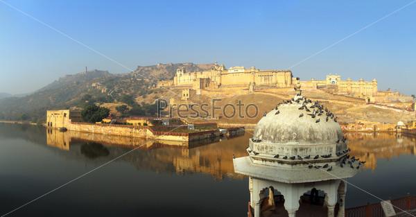 Панорама - Форт и озеро в Джайпуре, Индия