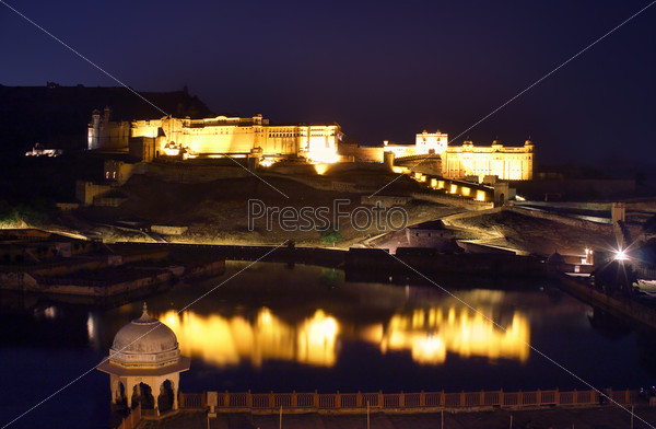 Фотография на тему Форт и озеро в Джайпуре, Индия, ночь