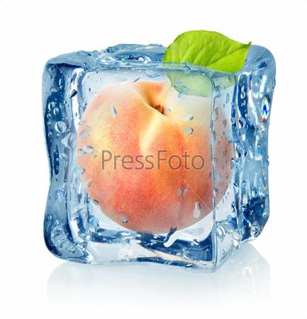 Кубик льда и персик, изолировано