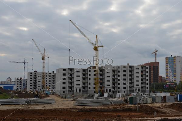 Фотография на тему Строительство нового микрорайона  АКАДЕМ Riverside в Челябинске на фоне пасмурного неба