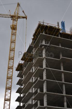 Строительство нового монолитно-каркасного дома на фоне башенного крана