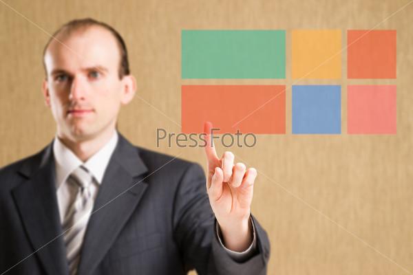 Человек нажимает на кнопки интерфейса
