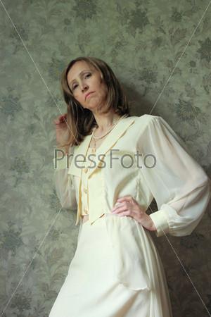 Женщина в светлом костюме