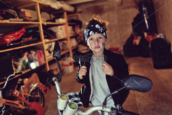 Фотография на тему Мальчик и мотоцикл