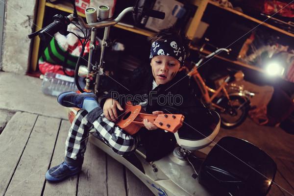 Мальчик и мотоцикл