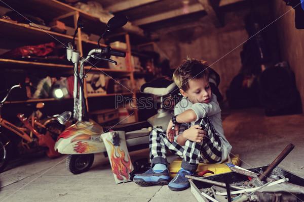 Фотография на тему Мальчик в гараже