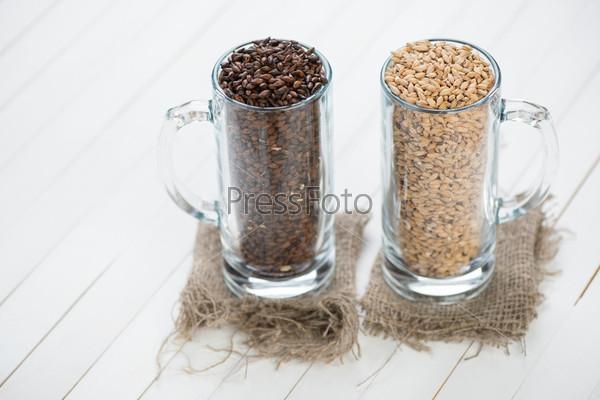 Фотография на тему Две пивные кружки с хмелем и солодом