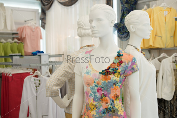 Женские манекены в магазине одежды