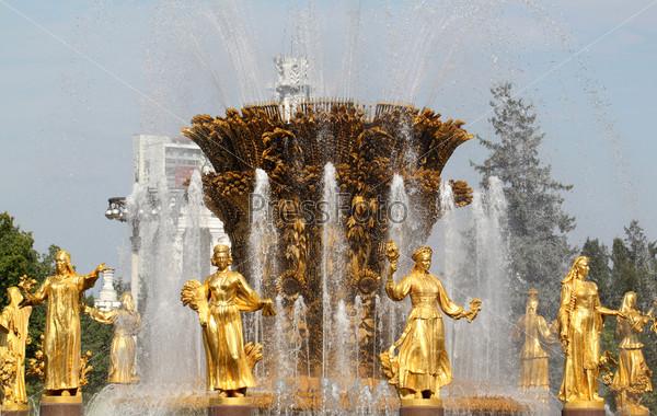 Красивый Фонтан дружбы в Москве