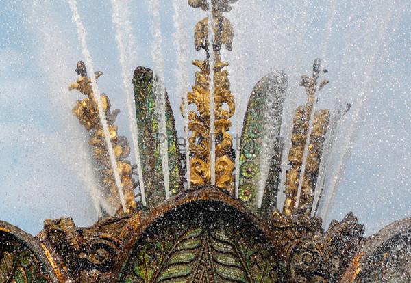 Красивый фонтан каменный цветок
