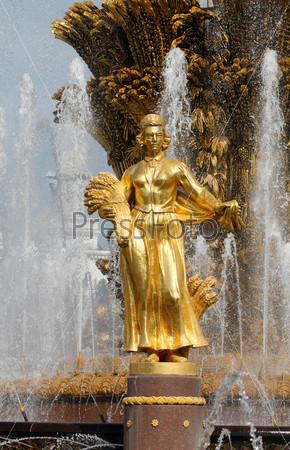 Фотография на тему Статуя девушки в Фонтане дружбы, Латвия