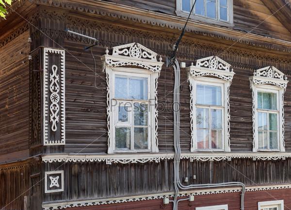 Фасад традиционного старого деревянного дома в русской деревне