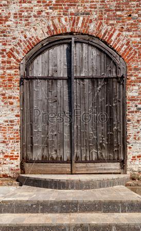 Фотография на тему Старые деревянные ворота в древней церкви