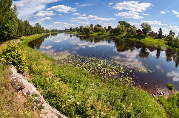 Фотография на тему Летний пейзаж с рекой и красивыми облаками