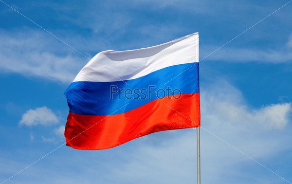 Российский флаг развевается на ветру на голубом небе