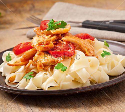 Паста Тальятелле с томатами и курицей