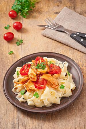 Фотография на тему Паста Тальятелле с томатами и курицей