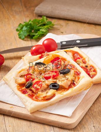Фотография на тему Пицца с курицей, томатами и грибами