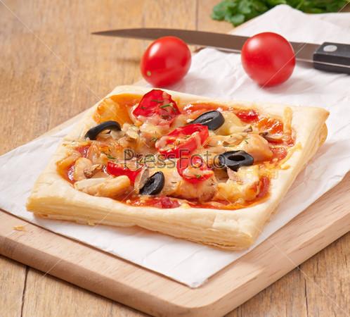 Пицца с курицей, томатами и грибами
