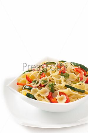 Паста с цуккини, сладким перцем, базиликом и чесночным соусом
